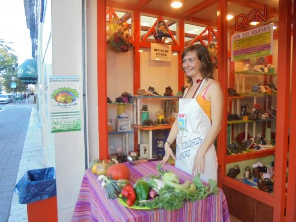 Ana Beltrán nos ofrece con todo su cariño las verduras y frutas en ecológico de su Huerta Jaramillo
